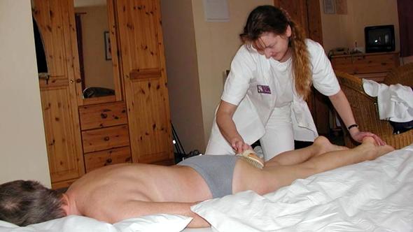 Bürstenmassage mit Franzbrandwein