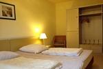 Großes Schlafzimmer mit geräumigem Schrank im Landhaus Appartement für vier Personen in meiner Heidefarm