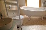 Badezimmer mit Badewanne in der Kamerun Lodge L in meiner Heidefarm